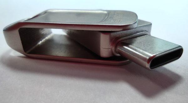 Saugstick mit zwei Anschluss-Steckern (USB A und USB Typ C)