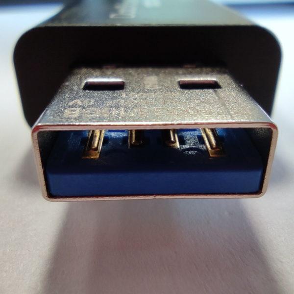 USB 3.X Stick (erkennbar an der blauen Kunststoff-Farbe) mit Standard-(Typ-A)-Stecker